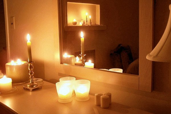 Nice-bedroom-decoration-with-candles-2