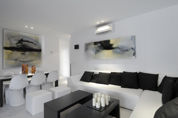 modern-living-room-ideas-black-and-white-living-room-design-white-sofa-black-pillows