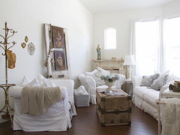 shabby-chic-living-room-decor-white-sofa-slipcovers-vintage-suitcase-coffee-table-vintage-mantel
