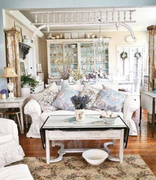 shabby-chic-style-living-room-and-white-sofa-and-vintage-coffee-table-and-floral-rug-and-pillows másolata