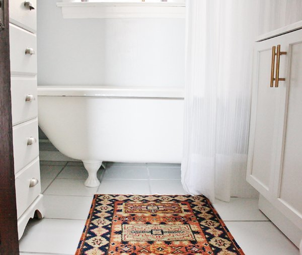 tub-persian-rugs-in-the-bathroom